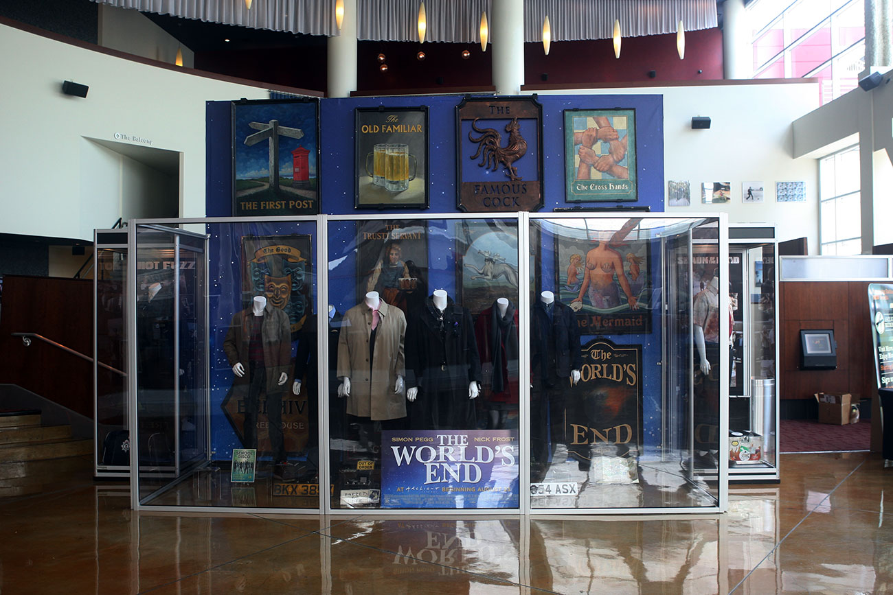 The center large display case contains the costumes and props of the six main characters from THE WORLD'S END.